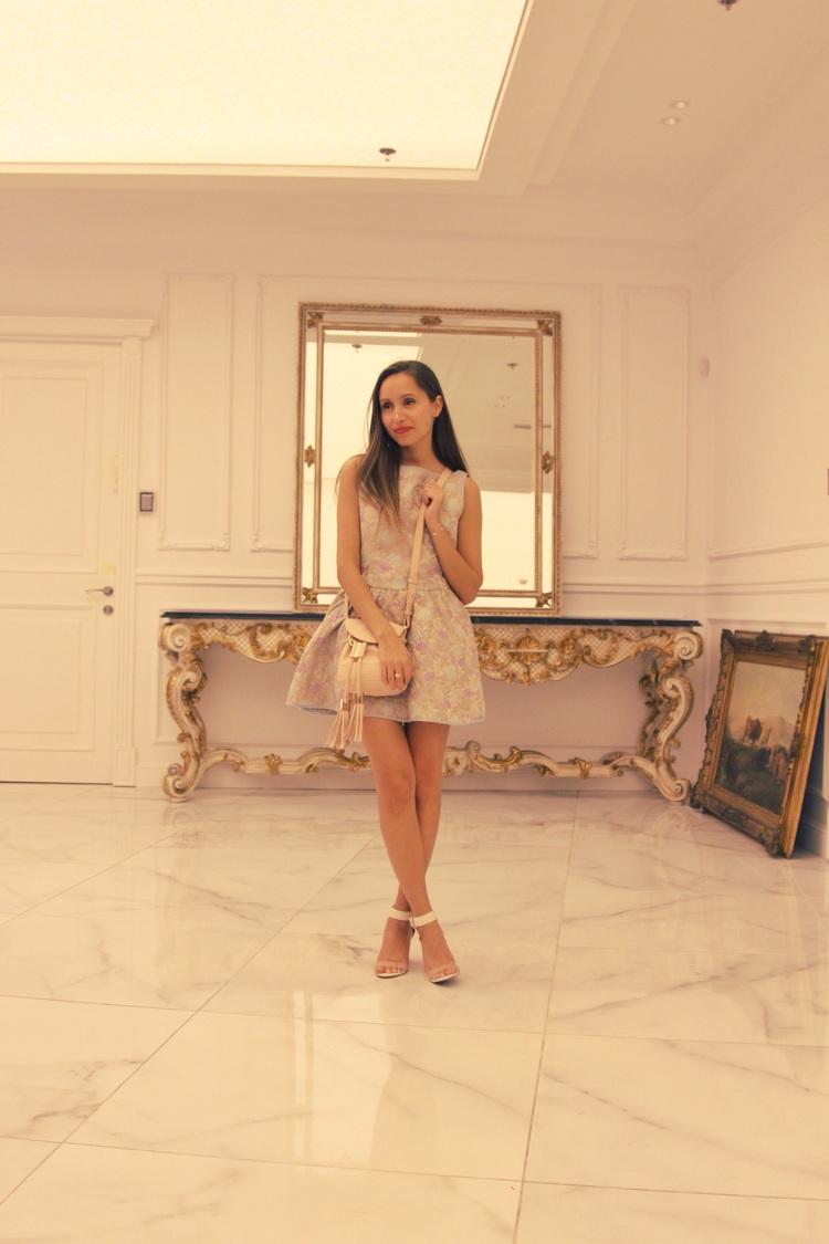 יאנה לובשת: שמלה - RedValentino סנדלים - bcbg max azria תיק - see by chloe