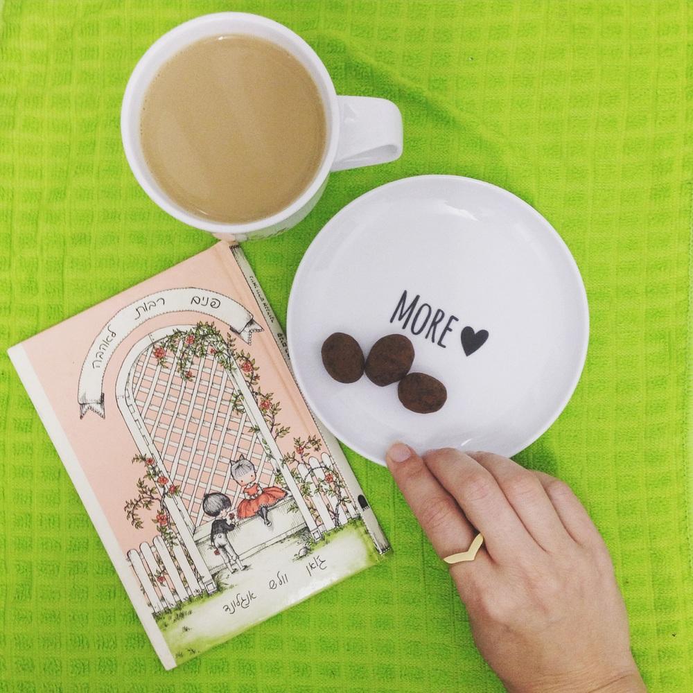 ספר ״פנים רבות לאהבה״, טבעת לב גאומטרית של YAMALOOK, צלחת וספל של שירנקה ושוקולד של מקס ברנר.