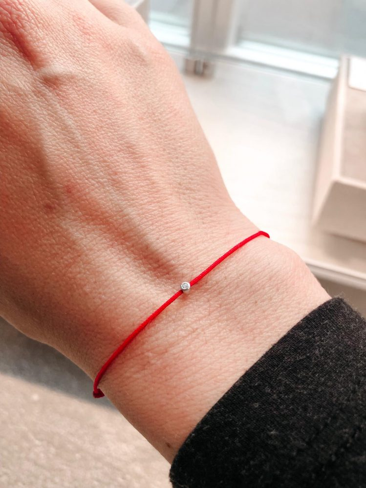 חוט אדום עם יהלום
